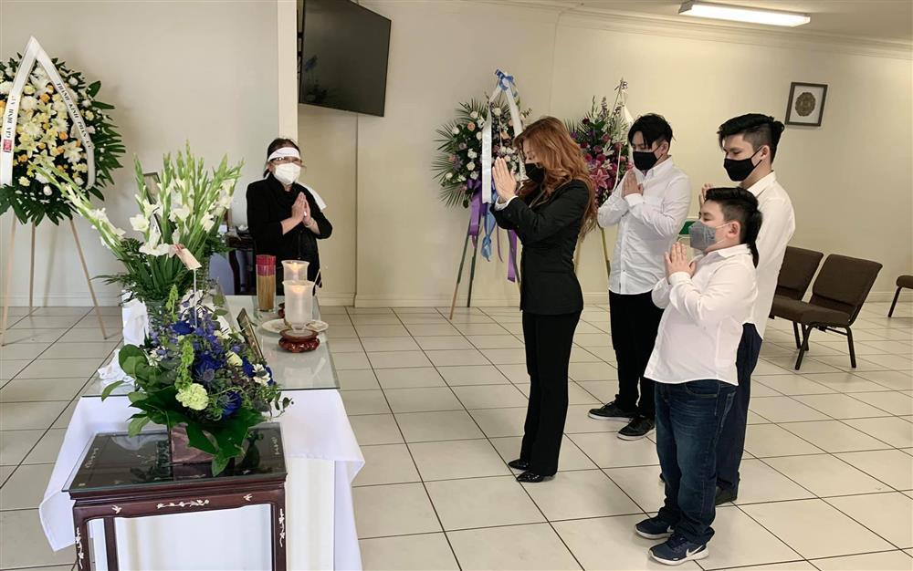 Vợ cũ Bằng Kiều mang 3 con trai đi dự tang nhà giúp việc
