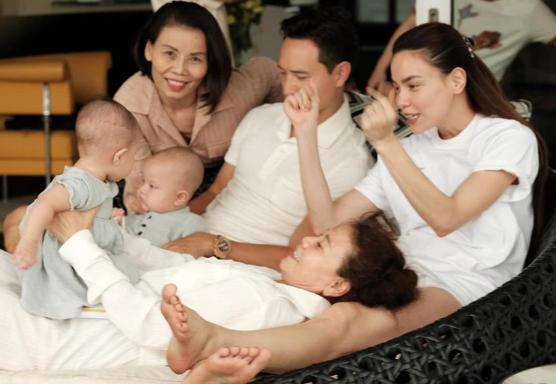 Cặp song sinh chiếm spotlight trong ảnh đại gia đình Hồ Ngọc Hà