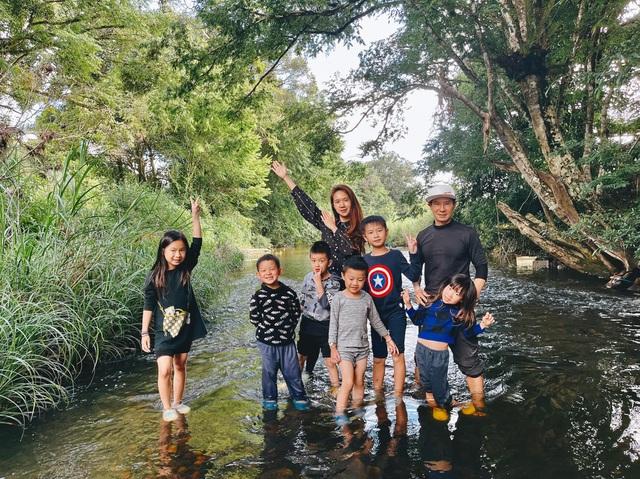 Trốn dịch, vợ chồng Lý Hải cho các con trải nghiệm tắm sông, lội suối