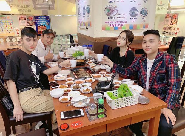Hương Giang tái xuất bên hội bạn thân sau 7 tháng ở ẩn?